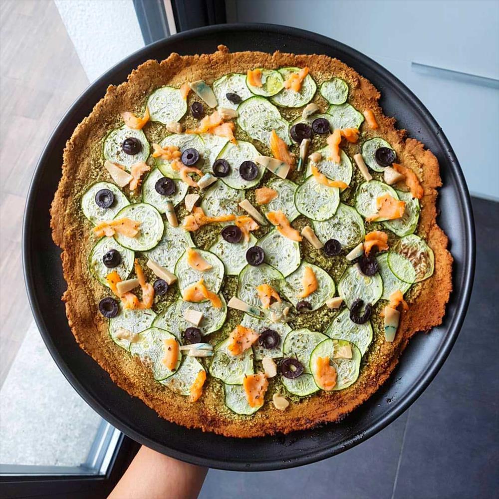 Pizza sin gluten y sin lácteos de calabacín, salmón y queso de anacardos