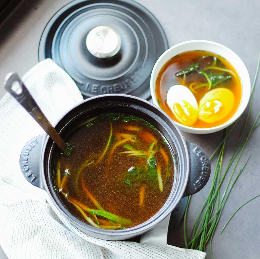 Sopa miso con kale y espagueti de calabacín