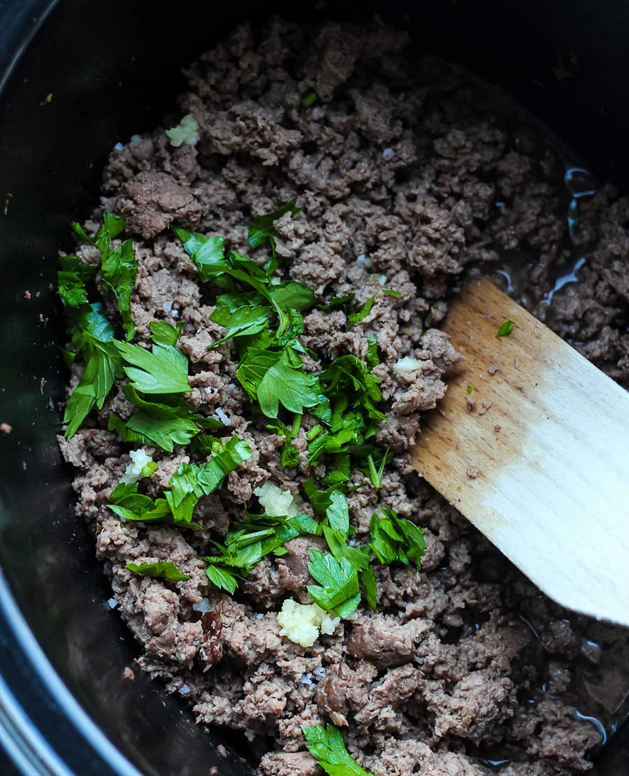Carne picada cocinada en la olla de cocción lenta