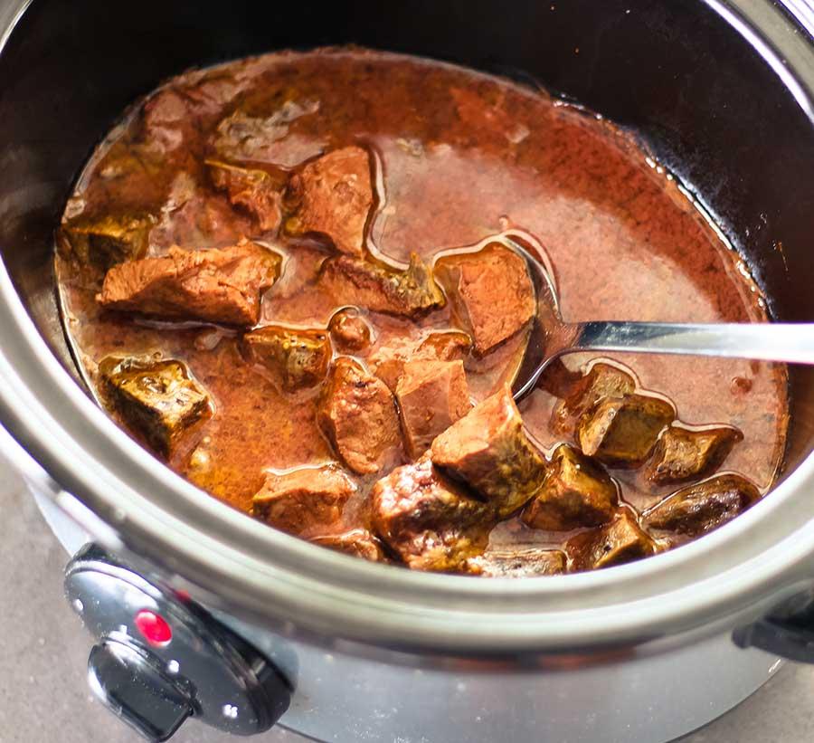 Cuando haya espesado, vierte la salsa de nuevo sobre la carne.