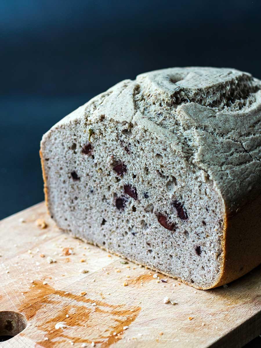 Pan de trigo sarraceno, orégano y aceitunas negras en panificadora