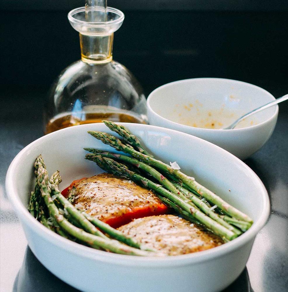 Salmón salvaje al horno con salsa de mostaza y espárragos