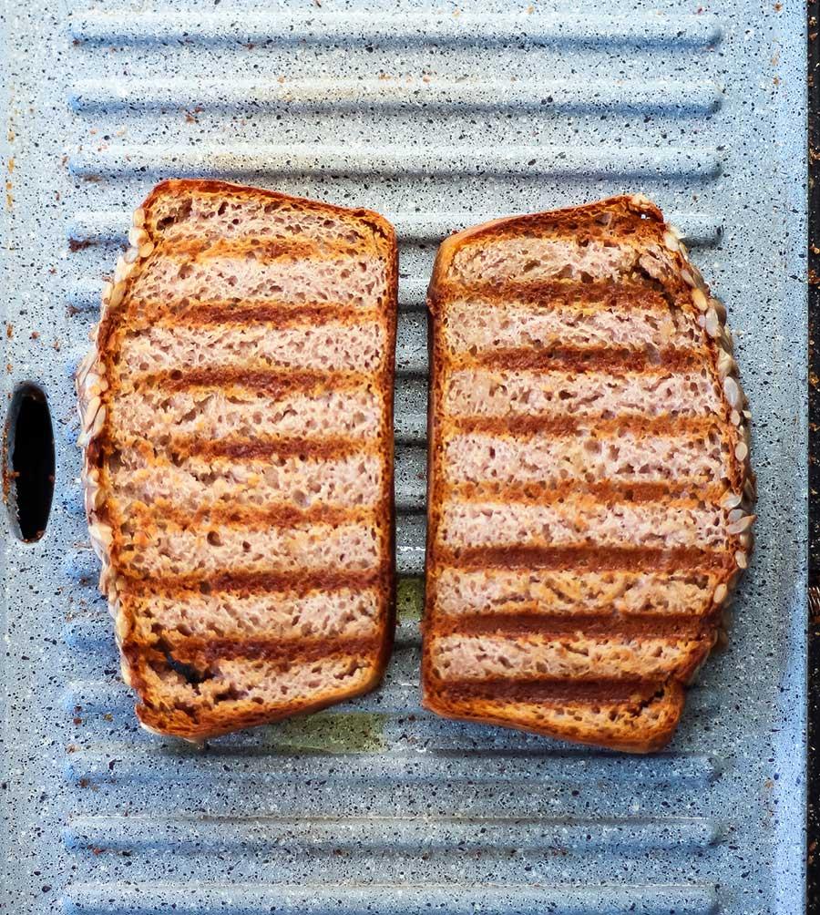 Este pan de trigo sarraceno con yogur es fácil, rápido y está muy bueno. Sin levadura, sin amasado, sin reposo, ¡sin margen de error! De verdad, creo que es imposible hacerlo mal. El resultado es un pan muy tierno, tipo pan de molde, que se puede comer tostado y sin tostar.
