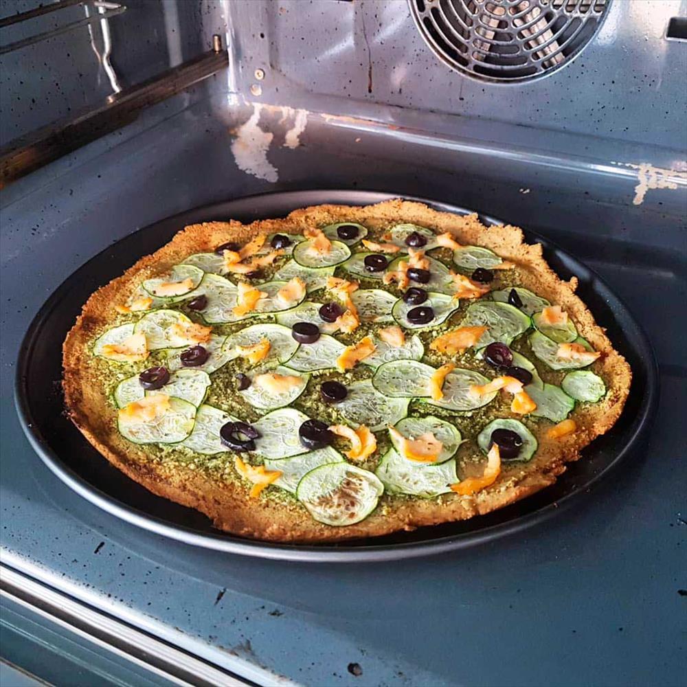 Pizza sin gluten y sin lácteos de calabacín y salmón