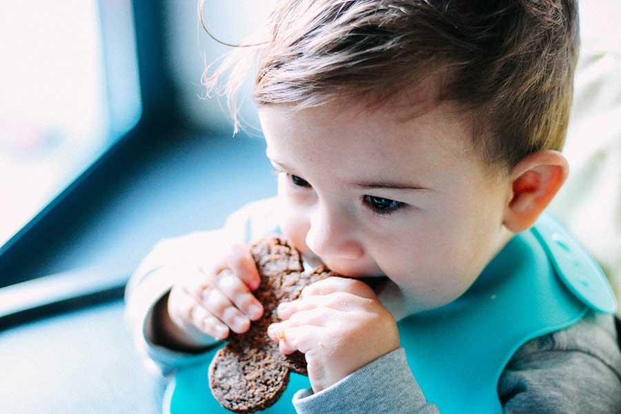 Bebé comiendo pan de trigo sarraceno
